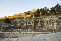 Denvåning höjden av omkring 12 meter springbrunn av Trajan den forntida staden av Ephesus. Royaltyfria Foton
