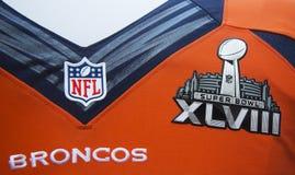 Denver Broncos-team eenvormig met het embleem van Super Bowl XLVIII tijdens de week van Super Bowl XLVIII in Manhattan wordt voorg Royalty-vrije Stock Fotografie