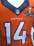 Denver Broncos-team eenvormig met het embleem van Super Bowl XLVIII tijdens de week van Super Bowl XLVIII in Manhattan wordt voorg Royalty-vrije Stock Foto's