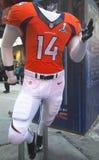Denver Broncos-Teamuniform stellte sich auf Broadway während der Woche des Super Bowl XLVIII in Manhattan dar Stockfotografie