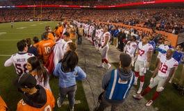 Denver Broncos und New York Giants, die zum Match fertig werden Stockfotografie