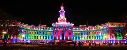 Denver City och ståndsmässig byggnad som är upplysta på natten, Colorado Royaltyfria Bilder