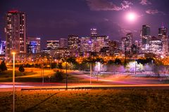 Denver Colorado Skyline del centro alla notte Fotografia Stock Libera da Diritti