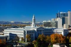 Denver Colorado stadshus med färgrika nedgångsidor och rocen royaltyfri foto
