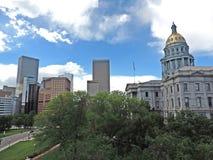 Denver Colorado State Capitol Building mit Wolkenkratzern Lizenzfreie Stockfotos