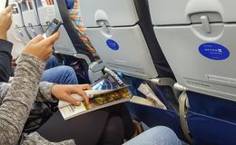 DENVER, Colorado, USA, am 30. Dezember 2017 - eine junge Frau, die vereinigte APP auf ihrem Smartphone verwendet und Hemisphärenz Stockfoto