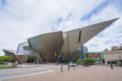 Denver, Colorado, usa 06/11/17: denver muzeum sztuki na słonecznym dniu zdjęcie stock
