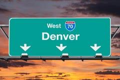 Denver Interstate 70 västra huvudvägtecken med soluppgånghimmel Royaltyfria Bilder
