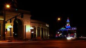 Denver Landmarks met Verkeer bij Nacht stock footage