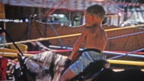 DENVER, LE COLORADO 1952 : Enfants sur le tour hippomobile de parc d'attractions de chariot banque de vidéos