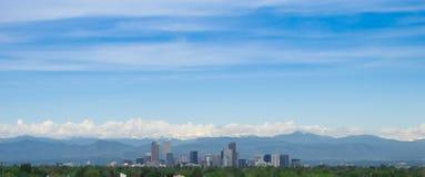 Denver met bergen op de achtergrond royalty-vrije stock afbeeldingen