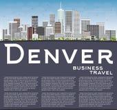 Denver Skyline avec Gray Buildings, le ciel bleu et l'espace de copie Photos stock
