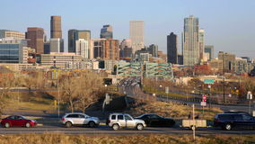 Denver Skyline avec le trafic banque de vidéos