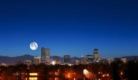 Denver Skyline med månen royaltyfri fotografi