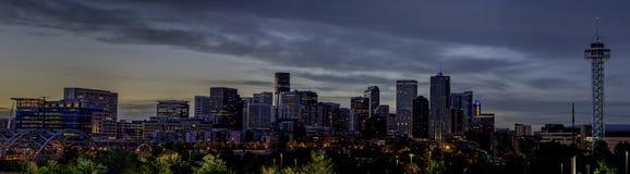 Denver-Skyline mit blauem Himmel nachts Stockfotografie