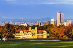Denver Skyline na queda do parque da cidade Fotografia de Stock Royalty Free