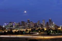 Denver Skyline nachts, Colorado Lizenzfreie Stockfotos