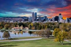 Denver Skyline och berg utöver sjön royaltyfri fotografi