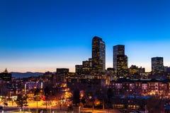 Denver Skyline på den blåa timmen Mars 2013 fotografering för bildbyråer