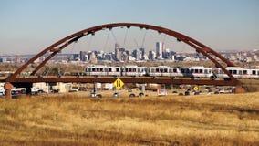 Denver Skyline Transit Bridge Colorado-Landschap stock video
