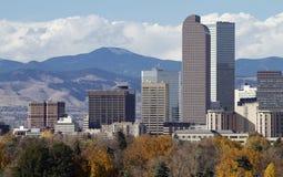 Denver Skyscrapers met Rocky Mountains Stock Foto's