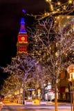 Denver 16th gatagalleria i apelsin och blått Arkivbild