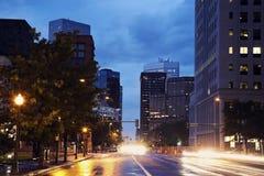Denver - tráfego da noite imagem de stock royalty free