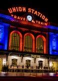 Denver Union Station in Orange und in Blauem Stockfotos