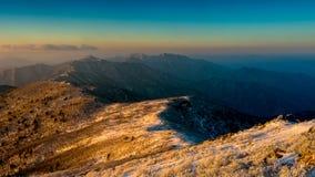 Deogyusan-Berge bei Sonnenaufgang im Winter, Südkorea Lizenzfreie Stockbilder
