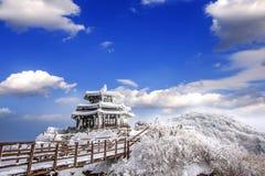 Deogyusan-Berge wird durch Schnee im Winter Korea bedeckt Stockfotografie