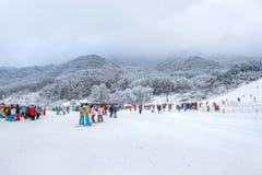 DEOGYUSAN, COREA - 23 DE ENERO: Esquiadores y turistas en Deogyusan Imagen de archivo