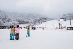 DEOGYUSAN, COREA - 23 DE ENERO: Esquiadores y turistas en Deogyusan Imagenes de archivo