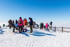 DEOGYUSAN, COREA - 23 GENNAIO: Turisti che prendono le foto Fotografia Stock
