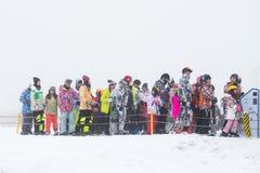 DEOGYUSAN, KOREA - 23. JANUAR: Skifahrer und Touristen in Deogyusan Stockbild