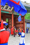 Deoksugung宫殿的卫兵 免版税库存照片