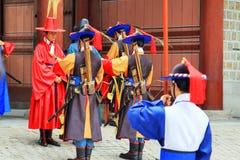 Deoksugung宫殿的卫兵 库存图片