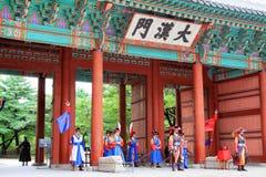 Deoksugung宫殿的卫兵 免版税库存图片