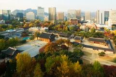 Deoksugung Palast- und Seoul-Stadt in der Herbstsaison in Seoul, Sout Stockfotografie