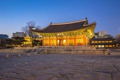 Deoksugungs-Palast nachts in Seoul, Korea Stockbilder