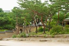 Deoksugungs-Palast in Seoul mit Bäumen Lizenzfreie Stockfotografie