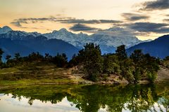 Deoria Tal Lake en Himalayagebergte Stock Foto's