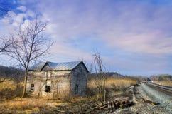 Dep?sito abandonado da estrada de ferro no por do sol imagem de stock royalty free