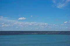 Depósito con el fondo del cielo azul fotografía de archivo libre de regalías