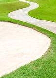 Depósito curvado do caminho e da areia em cours verdes bonitos do golfe Fotos de Stock Royalty Free