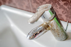 Depósito da água dura em uma torneira foto de stock