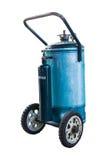 Depósito de gasolina azul con el aislante de la rueda en el fondo blanco Foto de archivo
