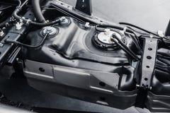 Depósito de gasolina dentro do underbody do chassi do carro foto de stock