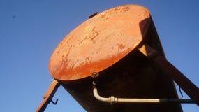 Depósito de gasolina oxidado na exploração agrícola fotografia de stock