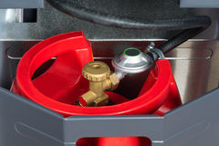 Depósito de gasolina rojo en el calentador Imagen de archivo