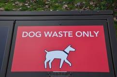 Depósito de la basura del perrito Fotos de archivo